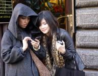 Turistas consultando su teléfono
